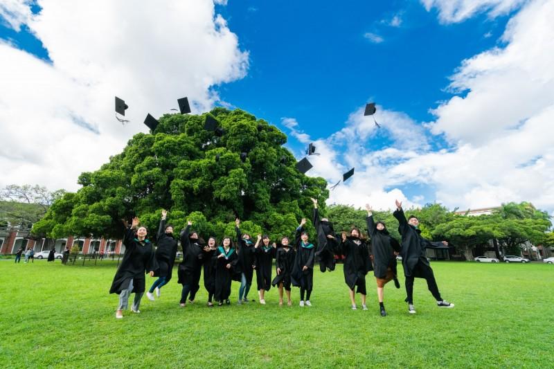 成功大學今天舉行畢業典禮,畢業學子開心拋帽,象徵迎接人生下一個階段。(成功大學提供)
