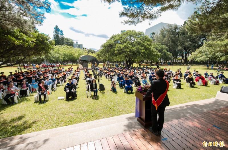 在藍天綠樹中,中央大學全校畢業典禮選在戶外順利舉行。(記者李容萍攝)