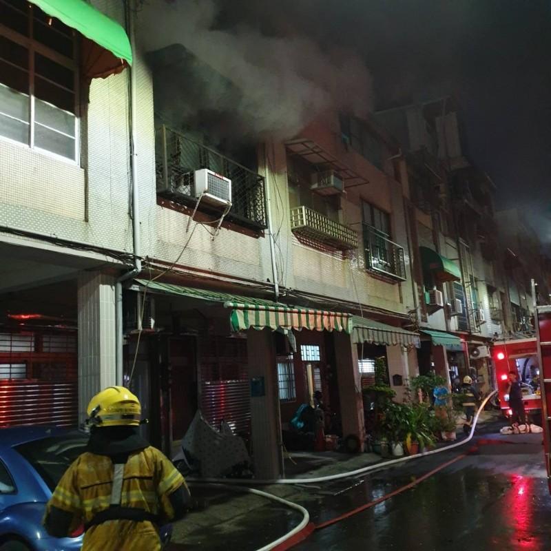 高雄市民族一路一處透天民宅今晚間傳出火警,濃煙從2樓竄出,楊姓屋主輕微燒傷。(記者方志賢翻攝)