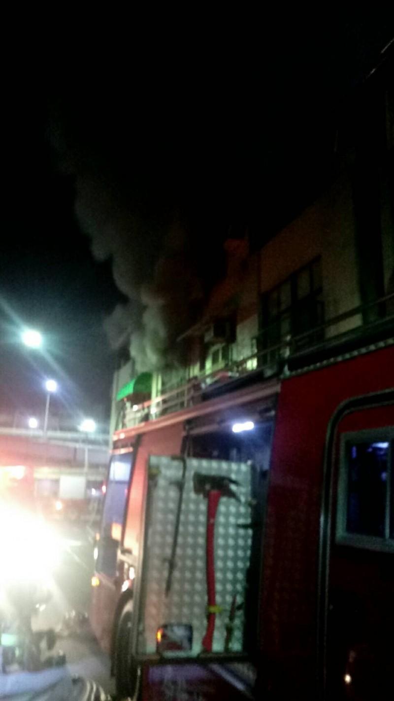 高雄市民族一路一處透天民宅今晚傳出火警,消防人員獲報到場搶救。(記者方志賢翻攝)