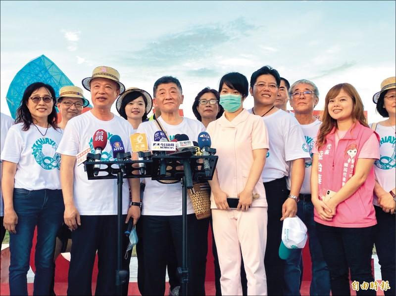 阿中部長(前左三)感謝武漢接機護士蔡佩芸(戴口罩者)為抗疫的付出。(記者蔡宗勳攝)