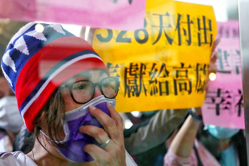 A supporter of Kaohsiung Mayor Han Kuo-yu reacts outside Kaohsiung City Hall after Han was recalled in a vote yesterday. Photo: CNA