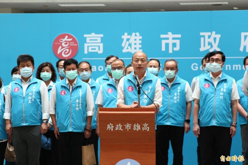 罷免案通過,韓國瑜率市府團隊發表談話。(記者李惠洲攝)