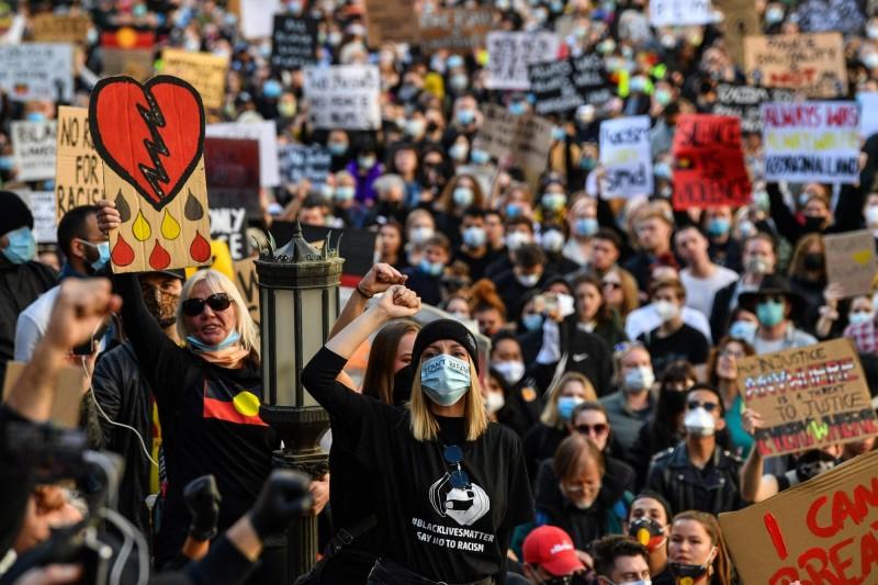 澳洲雪梨今天(6日)有超過5000人為佛洛伊德之死走上街頭,除了為佛洛伊德發聲之外,還透過這場抗爭,要求澳洲警方停止對當地原住民的「虐待」。(法新社)