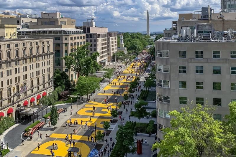 白宮前的道路被漆上「Black Lives Matter」16個鮮黃色大字。(歐新社)