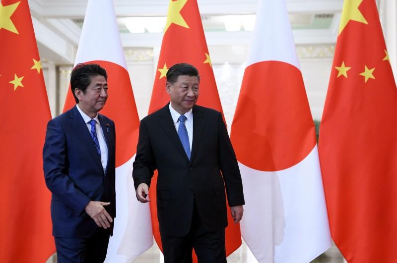 中國上月趁全球防疫之際,在香港強推「港版國安法」,遭到各國強烈譴責;對此,美國、日本等八國議員近日組成「反中國聯盟」,有法媒指出,日本政府2020年可能暫停習近平訪日。圖為2019年安習會。(歐新社資料照)