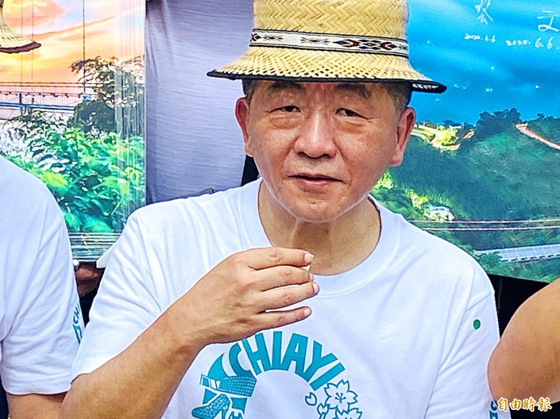 Minister of Health and Welfare Chen Shih-chung drinks a cup of Alishan tea during a visit to Chiayi County yesterday. Photo: Tsai Tsung-hsun, Taipei Times