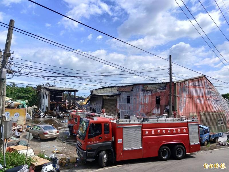 消防單位出動上百人灌救,經2個半小時滅火撲滅火勢。(記者王藝菘攝)