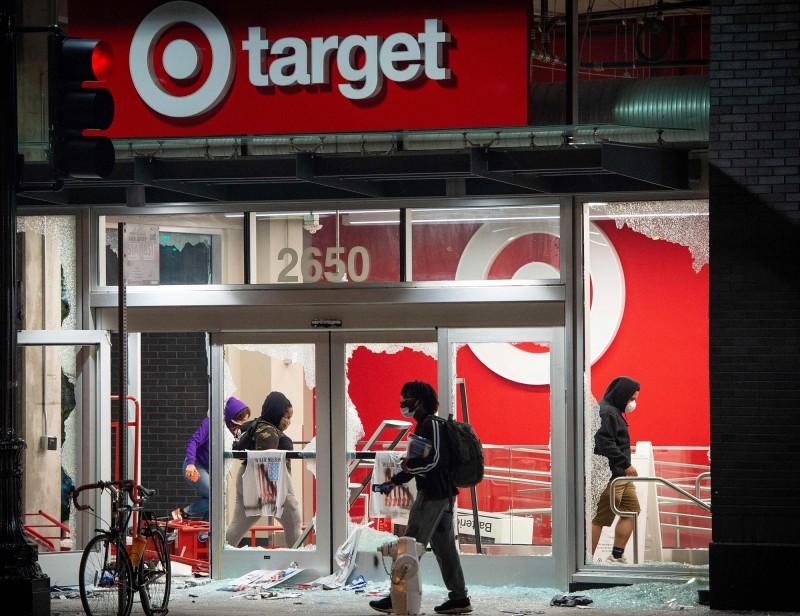 美國示威民眾到處搶劫店家,安德森經濟集團(Anderson Economic Group)估計,全美20個大都市地區的損失約達4億美元(約新台幣120億元)。圖為加州奧克蘭的目標百貨(Target)。(法新社)