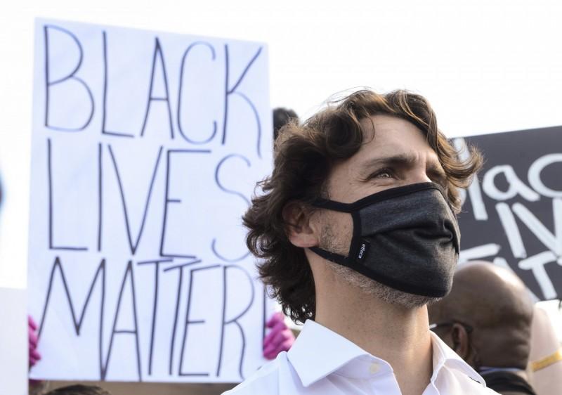 加拿大總理杜魯道參與反種族主義示威活動。(美聯社)