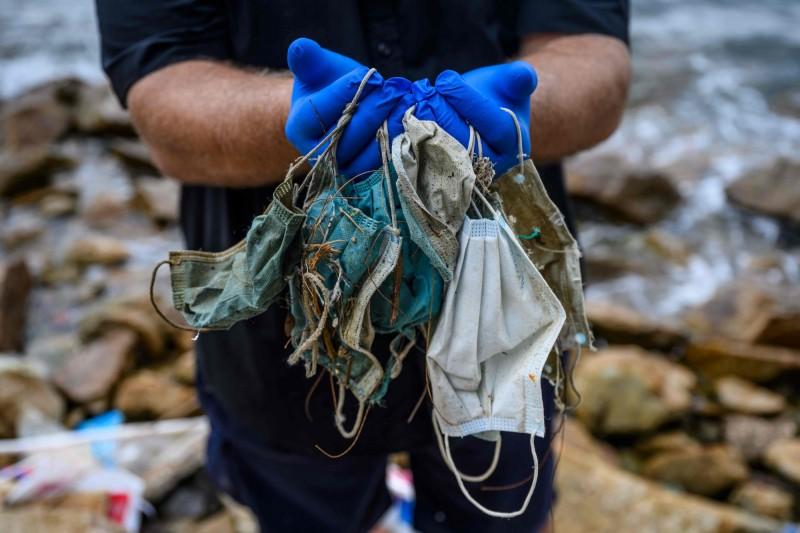 武漢肺炎爆發後,香港沿岸出現越來越多廢棄口罩。(法新社)