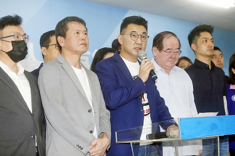 Chinese Nationalist Party (KMT) chairman Johnny Chiang, center, speaks at a news conference at the party's Kaohsiung branch yesterday. Photo: CNA