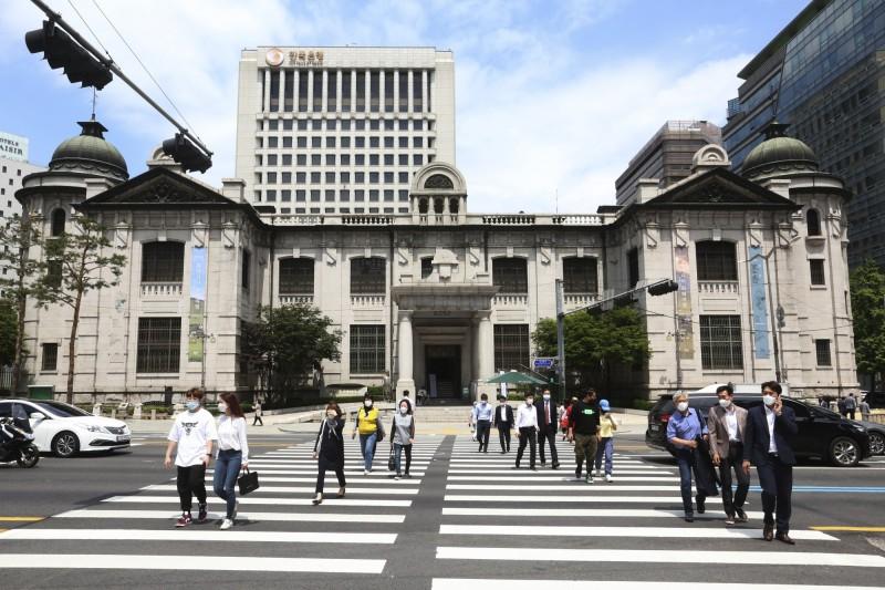 南韓首都圈再爆群聚感染案,防疫單位呼籲當地民眾週末應盡量避免參加聚會,降低感染風險。圖為首爾街景。(美聯社)