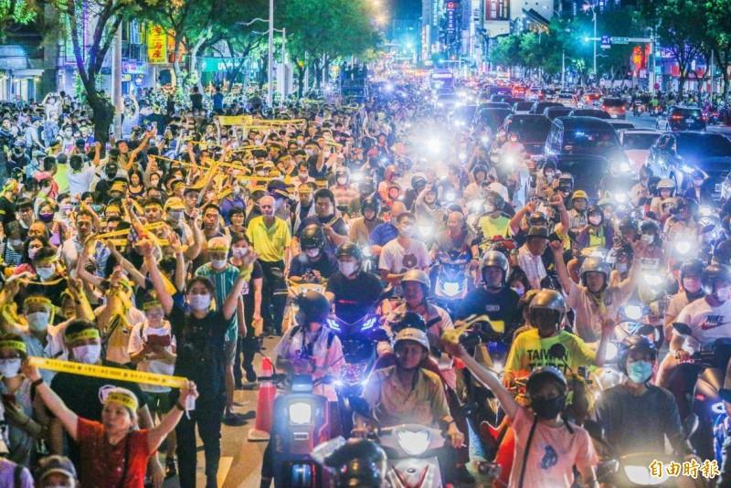 高雄市民今日成功將市長韓國瑜罷免下台,旅美中國民運人士王丹對此獻上祝賀。(記者王榮祥攝)