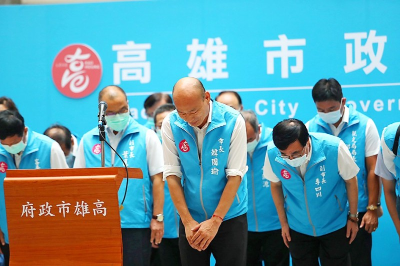 Kaohsiung Mayor Han Kuo-yu, front row center, bows at Kaohsiung City Hall after being recalled in a vote yesterday.  Photo: CNA