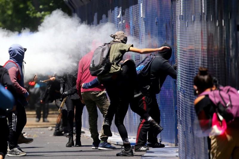 墨西哥示威者在美國駐墨大使館旁抗議情況。(路透)