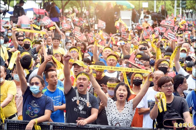 高雄市長罷免案昨天通過,是台灣首次直轄市長被民眾罷免,當罷韓跨越門檻時,光復高雄總部現場民眾情緒沸騰,頻喊「我高雄、我驕傲」。(記者張忠義攝)