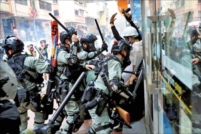 台灣「香港人道救援行動方案」將於週四核定、執行,安置來台申請政治庇護的港人。上圖為去年10月反送中示威於香港灣仔爆發的警民衝突。(路透)