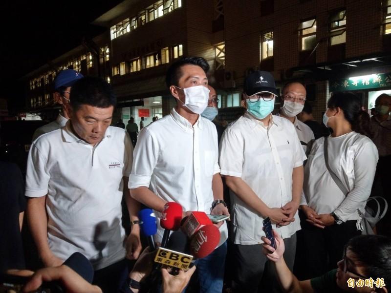 今凌晨2點許,市議員宋立彬(左2)代表許崑源家屬發表3點聲明,許崑源長子(左3) 也在旁。(記者方志賢攝)
