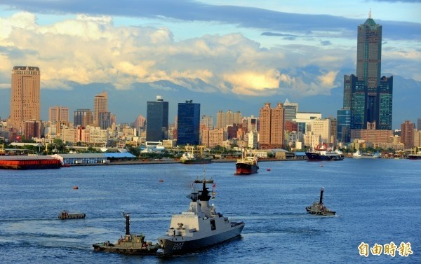 日媒報導罷韓提及美國軍艦停靠高雄的可能性。圖為拉法葉康定艦與高雄港。(資料照)