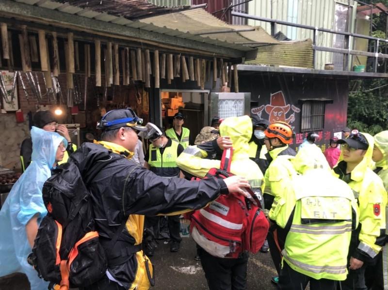 新北市消防局派出18人前往救援。(記者吳昇儒翻攝)