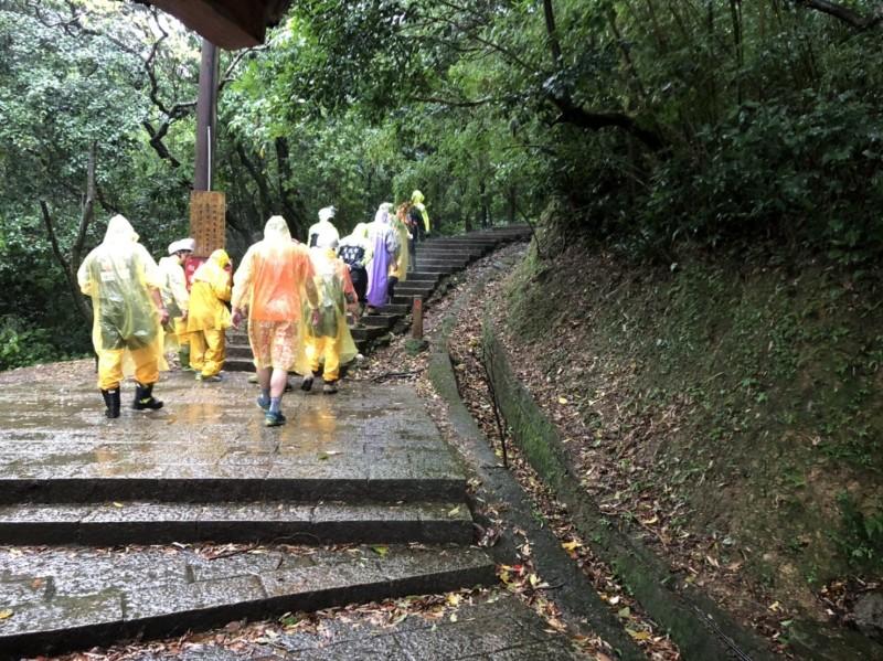 18名救難人員花了約1小時接觸到被雷擊的洪男,現正將他搬運下山就醫。(記者吳昇儒翻攝)