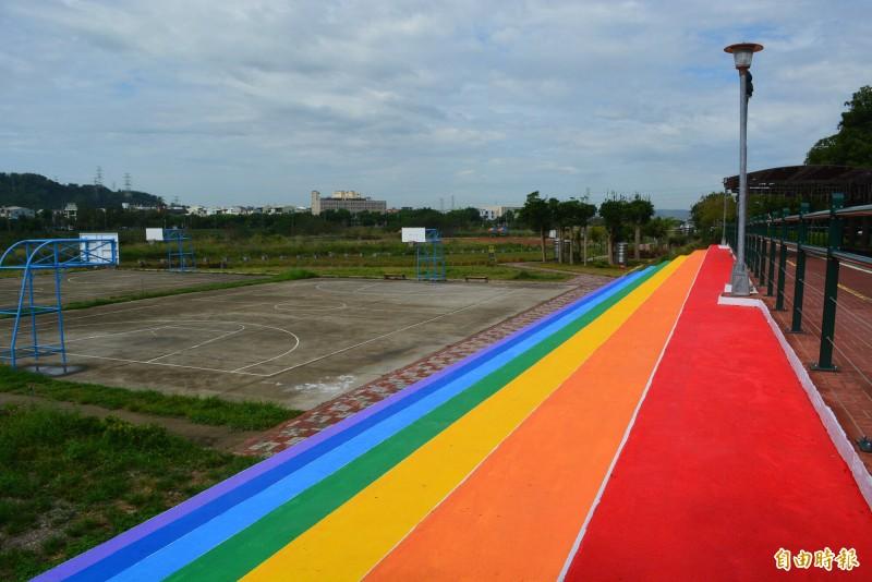 大里區塗城里草湖溪自行車道旁的階梯看台,在社區民眾同心協力下,變身為「彩虹階梯」新景點。 (記者陳建志攝)