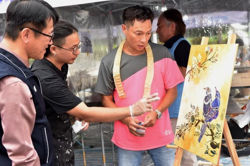 藝人謝祖武(右)體驗漆藝創作。(勞工局提供)