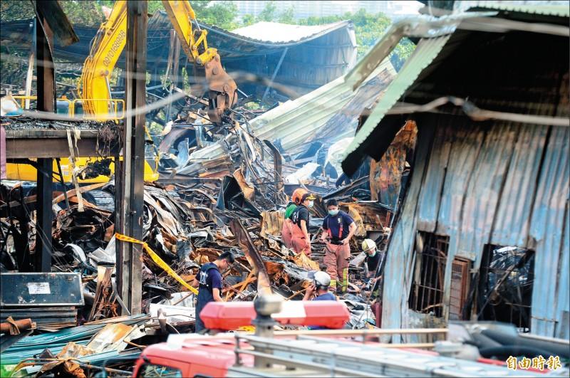 紙風車劇團、綠光劇場在新北市八里道具工廠大火,大火共燒毀紙風車在內3間工廠,共700坪廠房付之一炬。(記者王藝菘攝)