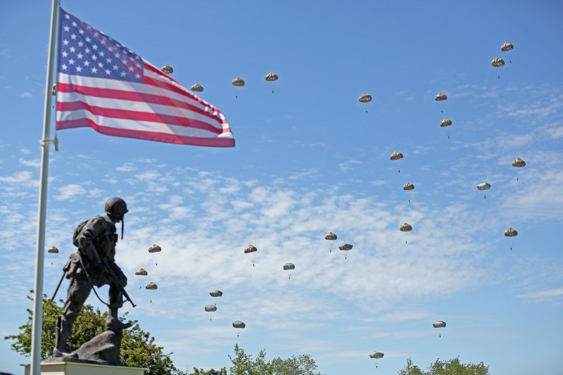 6月6日是諾曼第登陸76週年紀念,但法國各地紀念儀式都受到武漢肺炎影響。圖為2014年紀念活動。(美聯社)