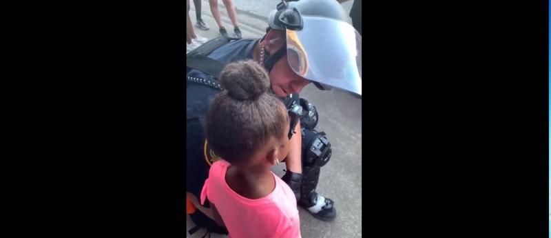 非裔男子巴提(Simeon Bartee)分享自己女兒和休士頓一名警官的談話。(翻攝自巴提推特)