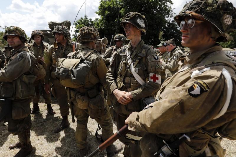 美軍第82空降師和第101空降師傘兵在諾曼第登陸時在聖梅爾埃格利斯及附近地區空降。圖為歷史重演愛好者於2019年扮演美軍傘兵。(歐新社)