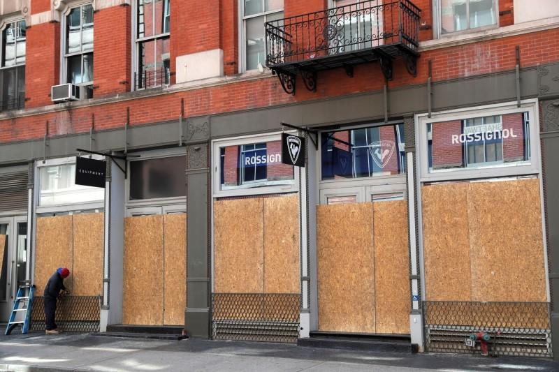 木板櫥窗成為紐約街頭一景。(路透)