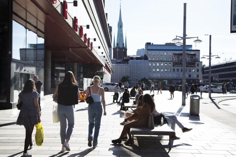 瑞典自疫情爆發以來實施佛系防疫,未頒布嚴格封鎖政策,不僅導致死亡率高,經濟也受到重挫。(彭博)