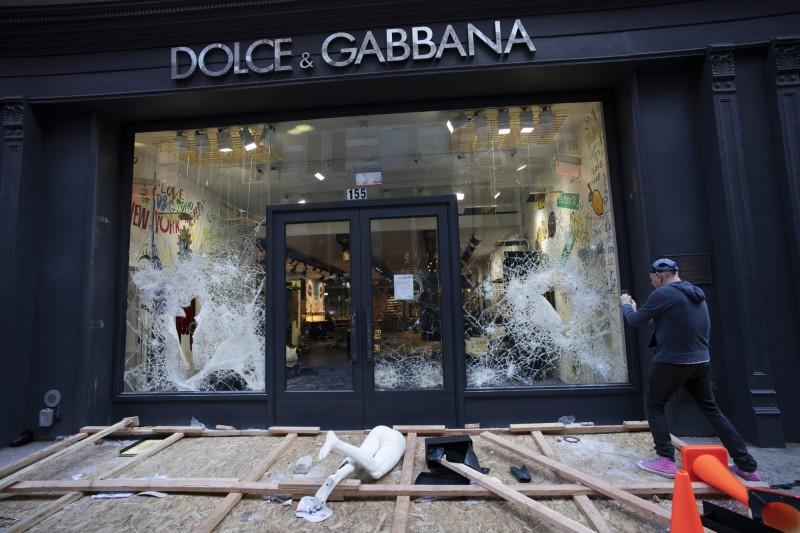 美國非裔男之死引發大規模的上街抗議行動,但卻也發生不少搶劫放火事件,紐約曼哈頓蘇荷區更是有數十家高級商店慘遭洗劫。(美聯社)