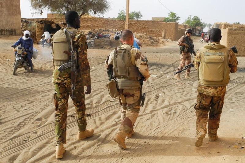 馬利中部的富拉尼族村落5日被穿著軍裝的武裝人士襲擊,造成近30人死亡。圖為馬利軍人示意圖。(法新社資料照)