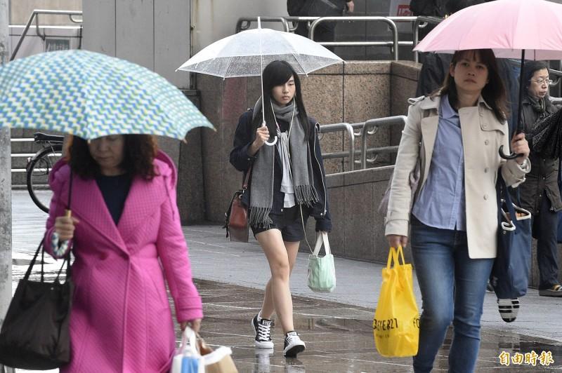 氣象局指出,明全台有雨,民眾出門應攜帶雨具。(資料照)