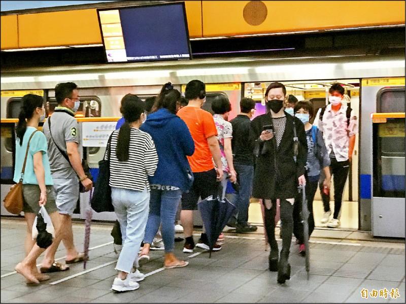 北捷口罩限制局部解禁,但多數民眾仍習慣戴口罩搭車。(記者蔡思培攝)