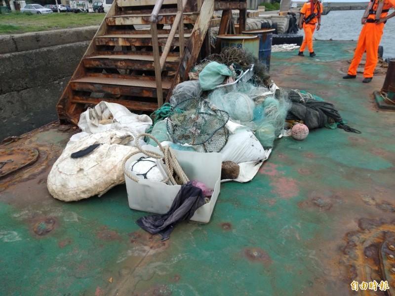 新竹市環保局和新竹區漁會成立海洋環保艦隊,每年清出3000公斤的海洋廢棄物。(記者洪美秀攝)