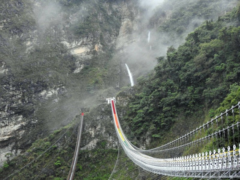 南投縣信義鄉雙龍瀑布七彩吊橋將於20日開放,目前預約已很踴躍。(縣府提供)