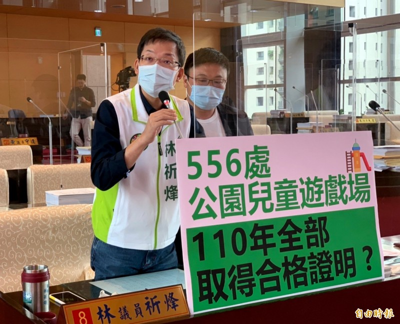 台中市議員林祈烽(左)、施志昌質疑建設局能否在明年完成改善全市公園兒童遊戲場。(記者張菁雅攝)