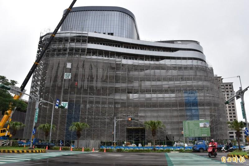 桃園農田水利會新建青埔行政大樓工程,採流動感的曲線造型設計,外觀醒目。(記者李容萍攝)