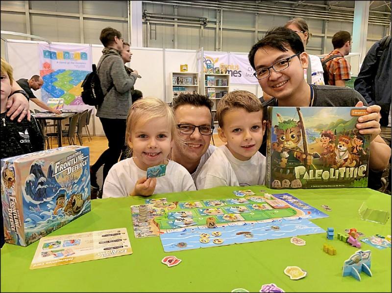 「森林守護者」桌遊成功打入國際市場,也讓德國Youtuber家庭樂在其中,大讚遊戲設計精心,玩法也吸引人。(圖:林啟維提供)