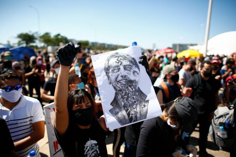 巴西總統自武漢肺炎爆發以來,防疫政策爭議不斷,大批民眾走上街頭進行反總統示威。(法新社)