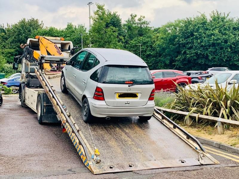英國1名車主開車到麥當勞得來速排隊時,被警方發現沒有汽車保險當場拖吊。(圖擷自Cotswolds Police推特)