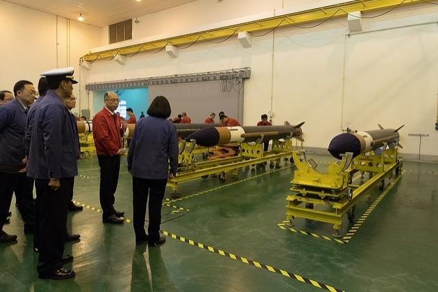 蔡英文總統去年指示中科院要加速完弓三及雄三飛彈量產作業,圖為蔡總統視察飛彈生產線。(資料照,取自總統府網站)