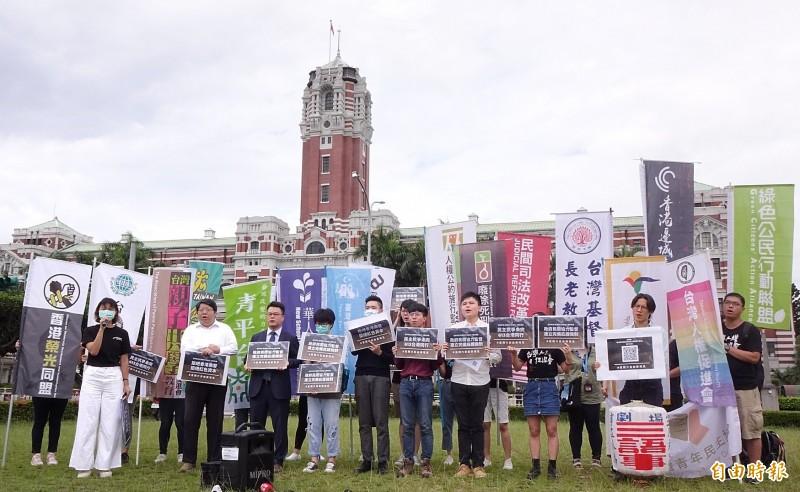 9日是香港反送中運動一週年,多個公民團體在總統府前凱達格蘭大道召開記者會,宣布將於6月13日舉行「抗爭未完、台港同行」613晚會。(記者朱沛雄攝)