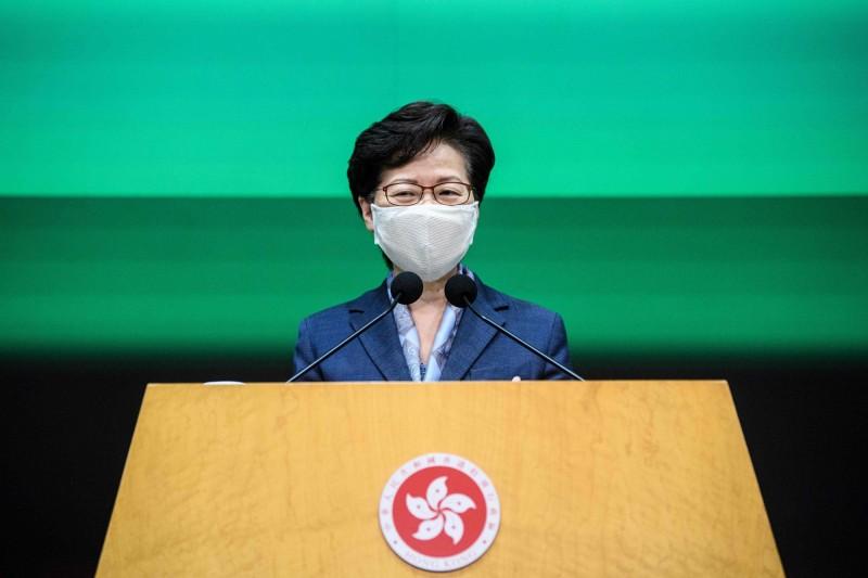 香港特首林鄭月娥今上午宣布,為因應武漢肺炎(新型冠狀病毒病,COVID-19)疫情衝擊經濟,7月1日起所有委任官員將凍薪一年。(法新社)