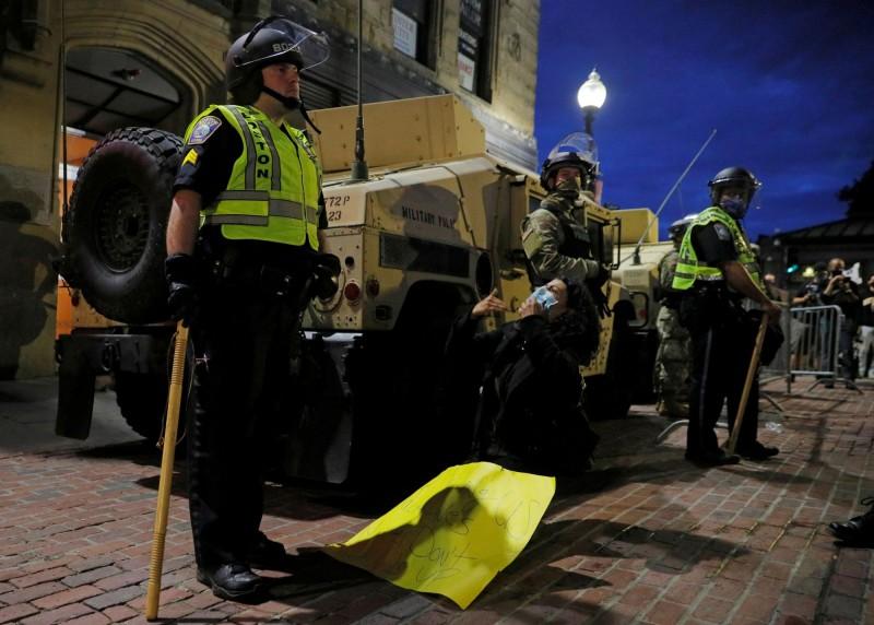 有美媒進行相關統計發現,雖然自2015年以來就陸續有抗議警察使用致命武力的活動,但每年依然有近1千人遭警察槍殺,2015至今已有5400人遭警察開槍打死。圖為示意圖。(路透)