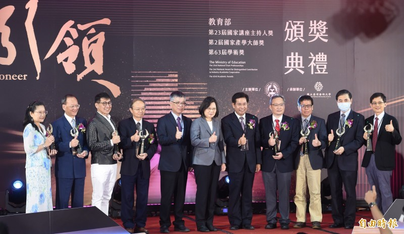 教育部9日舉辦第23屆國家講座主持人、第2屆國家產學大師獎及第63屆學術獎頒獎典禮,總統蔡英文特地出席,並與得獎者合影。 (記者劉信德攝)